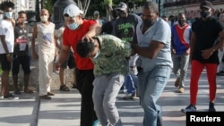 Policías vestidos de civil detienen a un manifestante en La Habana, el 11 de julio de 2021. (REUTERS/Stringer)