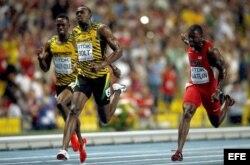 El atleta jamaicano Usain Bolt (C) vence en la final de los 100m masculinos de los Mundiales de Atletismo Moscú 2013 que se celebran en el Estadio Olímpico Luzhnikí de la capital rusa.