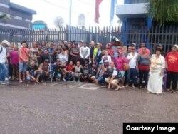 Cubanos protestan frente a sede de ACNUR en Trinidad y Tobago.