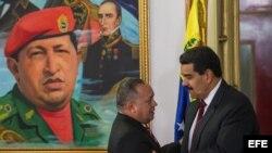 El presidente de Venezuela, Nicolás Maduro (d), y el presidente de la Asamblea Nacional (AN, Parlamento unicameral) Diosdado Cabello (i), se saludan durante una reunión de trabajo.