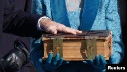 Imagen de la Biblia sobre la cual el presidente Joe Biden juramentó como el 46º mandatario de los Estados Unidos. Esta Biblia ha pertenecido a la familia del presidente desde el año 1893.