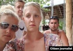 Jemma Hayes (c) y otros turistas británicos preocupados por el ciclón Matthew en el hotel Blau Costa Verde de Guardalavaca.