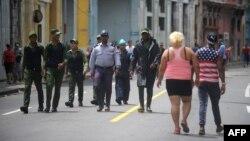 Agentes del orden en las calles de La Habana. AFP PHOTO / YAMIL LAGE