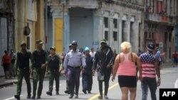 Agentes del orden en las calles de La Habana.