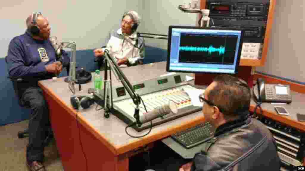 """En los estudios de Radio Martí Tony Oliva graba junto a Orlando """"El guajiro"""" Peña y Edemio Navas."""