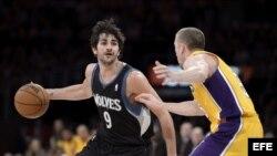 El jugador de los Timberwolves Ricky Rubio (izda) lucha por el balón con Steve Blake (dcha) de los Lakers durante el partido de la NBA que les enfrentó en Los Ángeles el 28 de febrero.