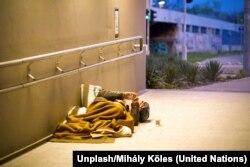 Un hombre sin hogar duerme en un túnel de Budapest, la capital de Hungría. Foto: Unsplash/Mihály Köles.