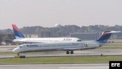 Dos aviones de Delta Air Lines esperan en la pista del Aeropuerto Internacional Hartsfield Jackson en Atlanta, Georgia.