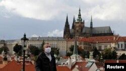 Un hombre viste una máscara en Praga. REUTERS/David W Cerny