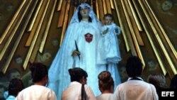 Archivo - Esposas y familiares de disidentes encarcelados oran a la Virgen de las Mercedes, el 24 de septiembre en la Iglesia de la Merced, en La Habana Vieja.