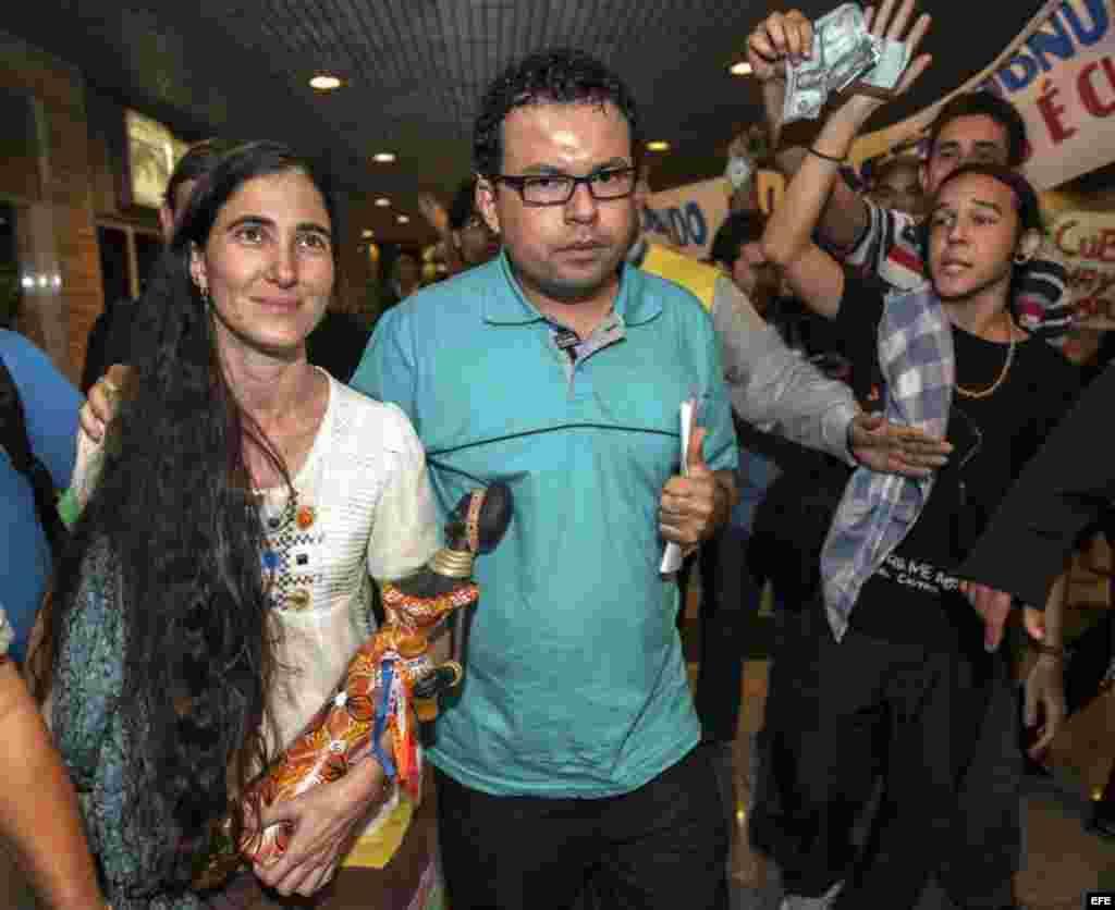 """La disidente cubana Yoani Sánchez (i), autora del blog """"Generación Y"""" llega a Brasil, primera etapa de una gira de 80 días que la llevará a una decena de países de América y Europa."""
