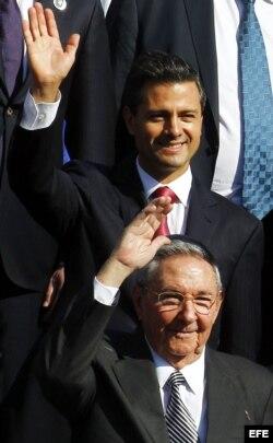 El presidente de México, Enrique Peña Nieto (arriba), y el gobernante de Cuba, Raúl Castro, durante la foto oficial de la primera Cumbre de la Celac y la Unión Europea (UE), en Santiago de Chile.