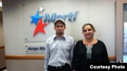 Mario Félix Lleonart junto a su esposa Yoaxis Marcheco durante una visita a Radio Martí. Foto: Archivo.