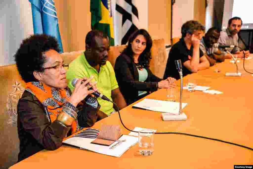 María Ileana Faguaga Iglesias, participando en un debate académico en Brasil.