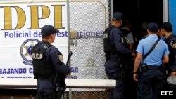 Policias hondureños custodian una unidad policial. EFE