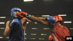 El cubano Lenier Pero (d) intercambia golpes con el argentino Yamil Peralta (i), durante su pelea de semifinales de los 91 kilogramos crucero de los Juegos Panamericanos 2011.