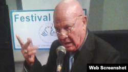 Ismael Sambra, poeta y novelista cubano durante una lectura de poemas