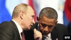 El presidente de Rusia, Vladimir Putin (i), conversa con su homólogo estadounidense, Barack Obama. Foto de archivo.