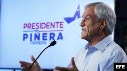 El candidato derechista a la Presidencia de Chile, Sebastián Piñera, habla durante una acto de campaña en Santiago.