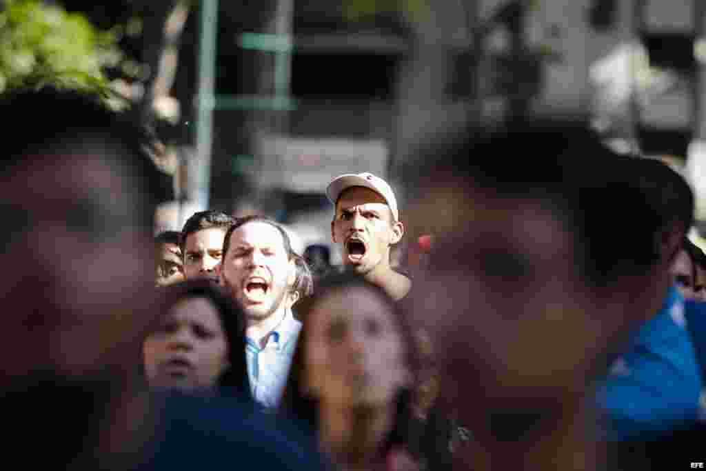 Un joven grita durante la marcha convocada por los estudiantes universitarios opositores al Gobierno venezolano en Caracas.