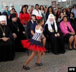 El patriarca ruso Kirill observa la presentación de una niña de la escuela Solidaridad con Panamá.