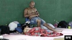 Cubanos esperan horas antes de salir del país, en uno de los albergues ubicados en el pueblo de La Cruz, Costa Rica. EFE