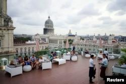 Turistas en la azotea del Gran Hotel Manzana, en La Habana. (REUTERS/Alexandre Meneghini)