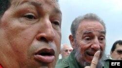 Fidel Castro en el aeropuerto de La Habana con Chávez
