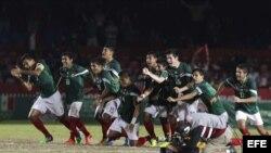 Los jugadores del equipo de fútbol de México festejan su triunfo ante Cuba durante la semifinal en Veracruz.