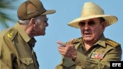 Raúl Castro conversa con el ministro del Interior, Abelardo Colomé.