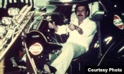 Pablo Escobar en una moto de su colección de automotores (D.Sisso)
