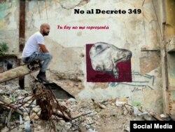 El grafitero Yulier P. frente a una de las obras censuradas en los muros de La Habana.