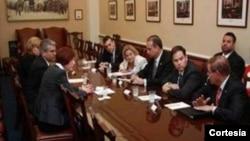 La Congresista Ileana Ros-Lehtinen, Presidenta del Comité de Relaciones Exteriores, junto a senadores y congresistas de origen cubano reunidos con ejecutivos de IKEA