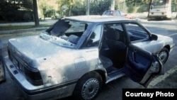 El automóvil Subaru en que viajaba Jaime Guzmán en el momento del atentado (foto EMOL)