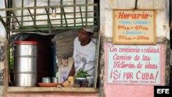 Un hombre vende jugos y dulces en La Habana (Cuba).
