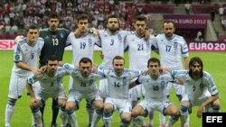 Los jugadores de Grecia posan para la foto oficial antes del juego con Rusia correspondiente al grupo A de la Eurocopa 2012. EFE/OLIVER WEIKEN