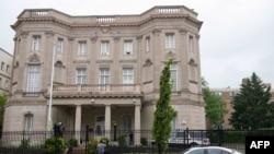Carro policial frenre a la embajada de Cuba en DC tras el tiroteo.