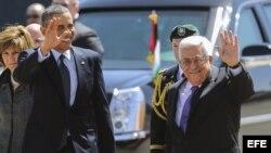 Barack Obama (izq), y el presidente de la Autoridad Palestina, Mahmud Abás (dcha), saludan antes de reunirse en la Mukata, el complejo presidencial palestino, en la ciudad cisjordana de Ramala (Palestina).