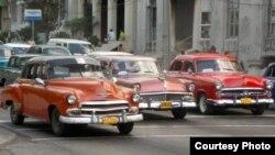 """¿Parque temático?: """"Almendrones"""" americanos en las calles de Cuba."""