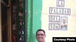 Alberto Concenpción a las puertas de su restaurante en Barcelona.