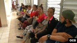 Cubanos esperan en hospital de Guyana el chequeo de salud exigido en trámite para inmigrar a EEUU. Foto: Rodolfo Hernández