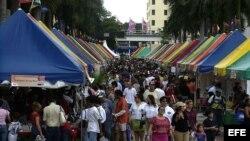 MIA14 MIAMI (FL, EEUU), 14/11/04.- Miles de personas recorren la Feria Internacional del Libro en el campus del Miami Dade Collage, en Miami, Florida, hoy, domingo 14 de noviembre, el último día de la feria. EFE/John Riley