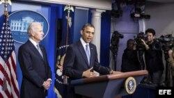 El vicepresidente estadounidense, Joseph R. Biden (izda), escucha al presidente de Estados Unidos, Barack Obama (dcha), durante su declaración a los medios en la Casa Blanca el 1 de enero de 2013.
