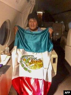 En esta foto difundida por la cancillería mexicana se ve al expresidente boliviano en la nave de la Fuerza Aérea de México. (Foto: AFP/Cancillería de México)