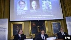 (de izda a dcha) Sven Lidin, Staffan Normark y Gunnar Karlstrom de la Real Academia de las Ciencias anuncian los premios Nobel de Química 2013 en Estocolmo (Suecia)