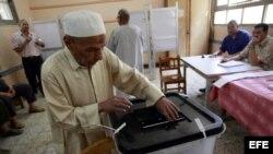 Imagen de un votante en Egipto.