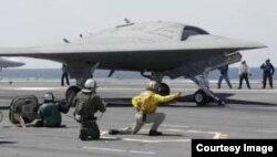 El drone superó la maniobra de enganchar el cable en vuelo.