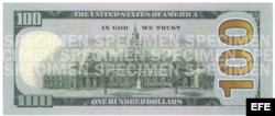Fotografía cedida por la Reserva Federal estadounidense del nuevo billete de 100 dólares.