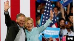 Hillary Clinton presenta en Miami a su candidato a vicepresidente Tim Kaine.