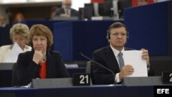 El presidente de la Comisión Euroepa (CE), Jose Manuel Durao Barroso (d), y la a jefa de la diplomacia de la UE, Catherine Ashton, asisten a la sesión plenaria celebrada en el Parlamento Europeo (PE) en Estrasburgo (Francia), el 11 de septiembre de 2013.